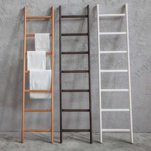 scala-porta-asciugamani-in-legno-bianco-wengè-o-naturale-uilli-cipì